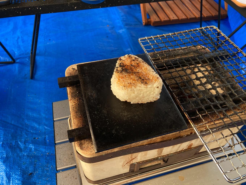 鉄板で焼きおにぎりを焼く